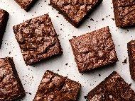 Рецепта Домашен сладкиш брауни с фъстъчено масло, какао и натурален шоколад